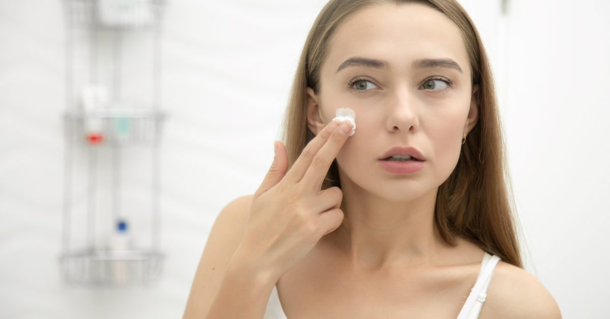 Previene la aparición de arrugas aplicando el aceite de coco como una crema nocturna.